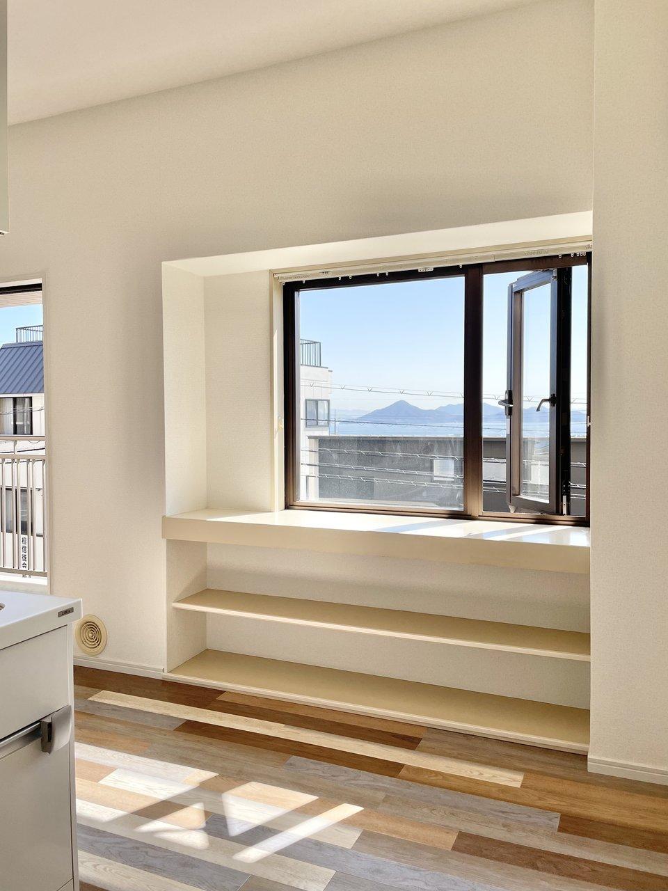 キッチンの近くには、海が見える素敵な出窓。絵になります。素敵な器を並べて自分だけのギャラリーにしたい。