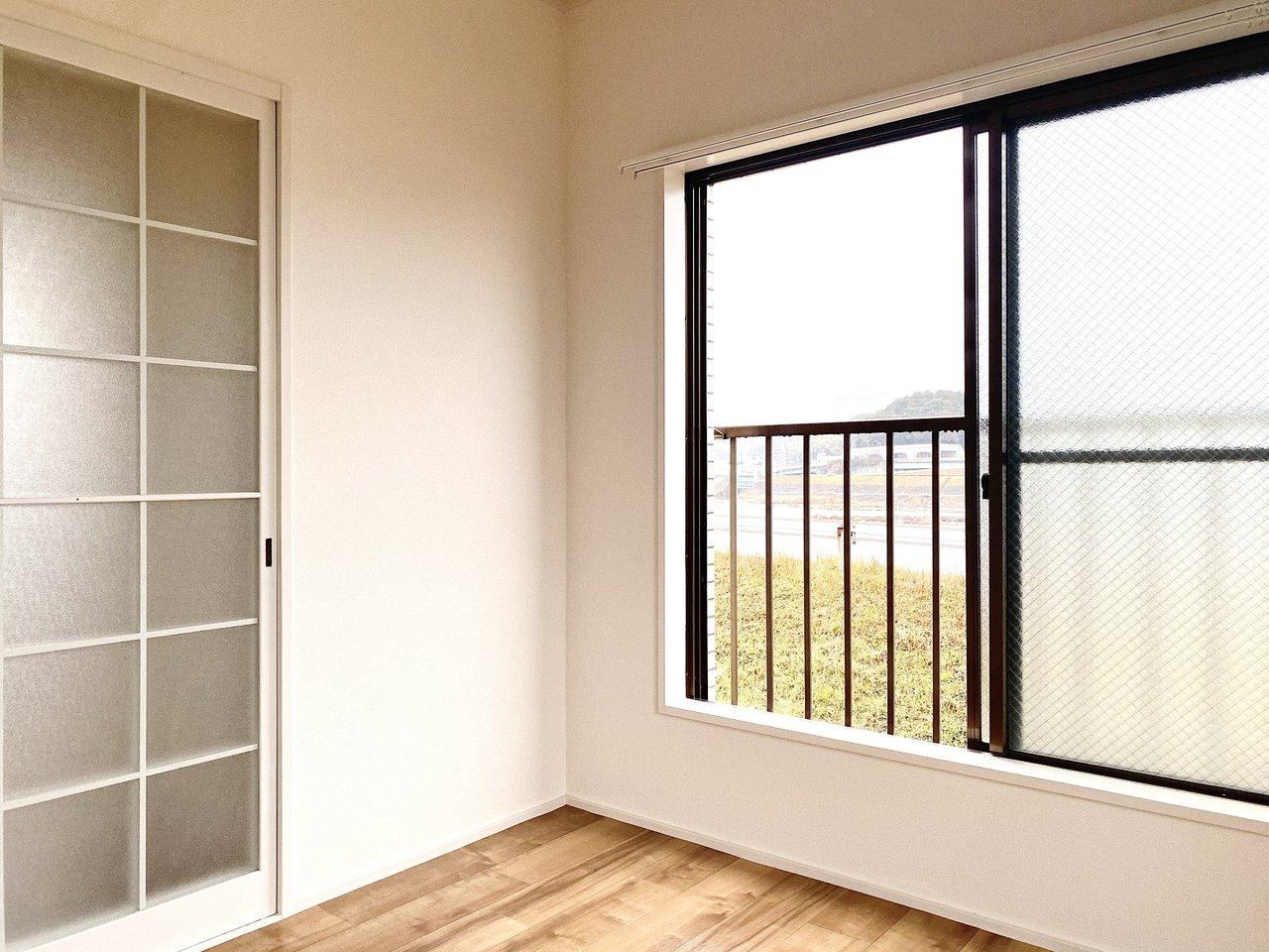低い位置にある窓の雰囲気も懐かしいです。文机を置いて窓辺で仕事をしたいですね。