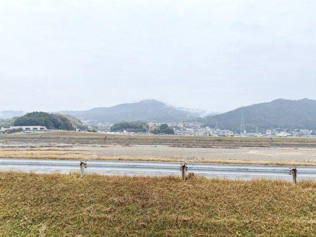 窓からは、のんびりジョギングしたくなるような、のどかな太田川が望めます。
