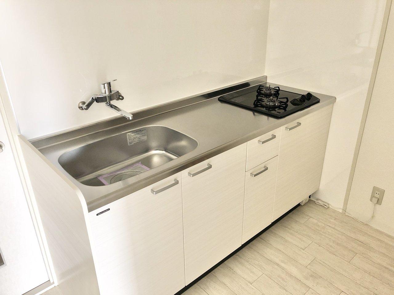 キッチンも白で統一されてデザインがよく、広さも十分あります。