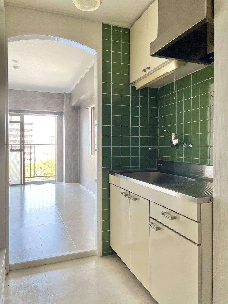 キッチンの緑のタイル、アーチの入り口が可愛い。水回りの設備は小さめなのですが、その分、リーズナブルに住めるお部屋です。