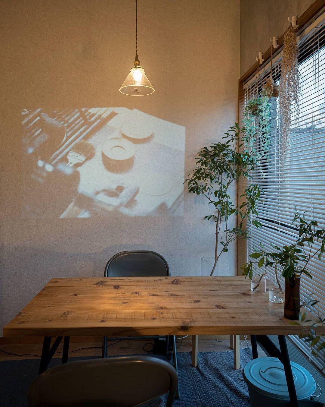 照明の使い方、植物の配置の仕方もうまく、カフェのように寛げる空間です。