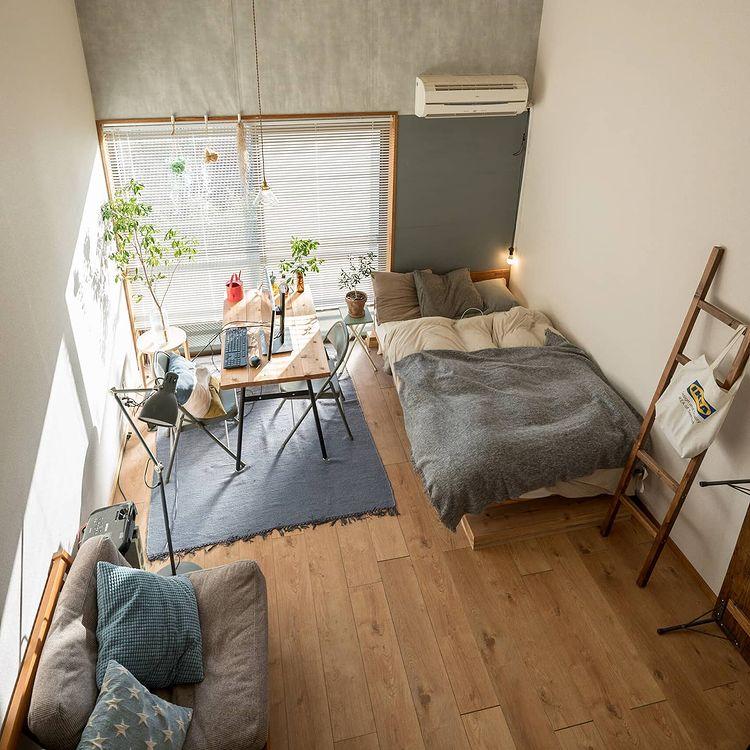 壁の一部は、マスキングテープを貼った上からベニヤ板を両面テープで貼り、カスタマイズできるように工夫。黒板→ブルーの壁→グレーの壁にと変遷しました。上部はコンクリート打ちっぱなし風に。壁と床を変えるだけで、かなりデザイナーズ風のお部屋になりますね。