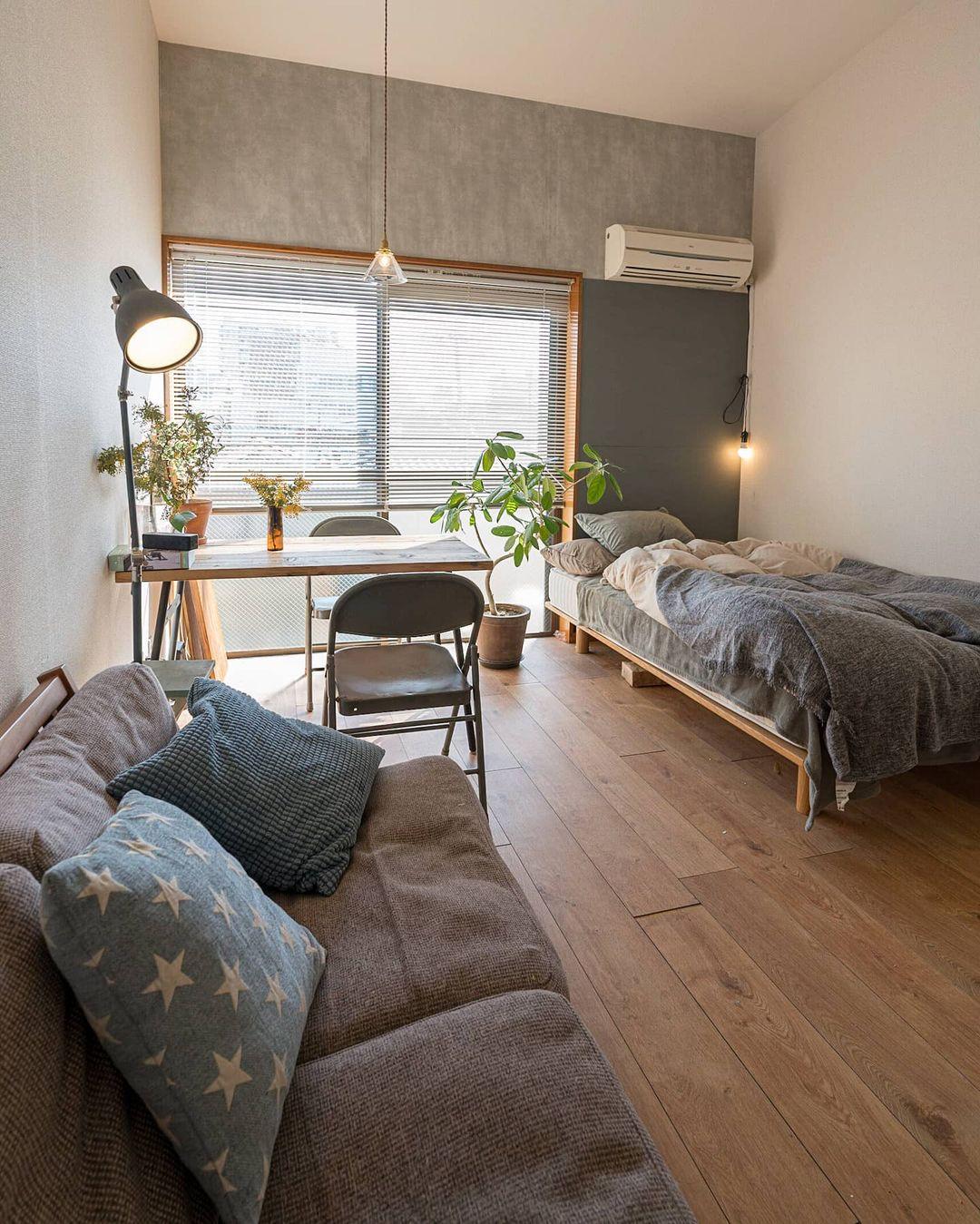 現在の配置では、ベッドとデスクをベランダの近くに、手前にはソファを置いて、「1日の終わりにゆっくりできる場所」を作っています