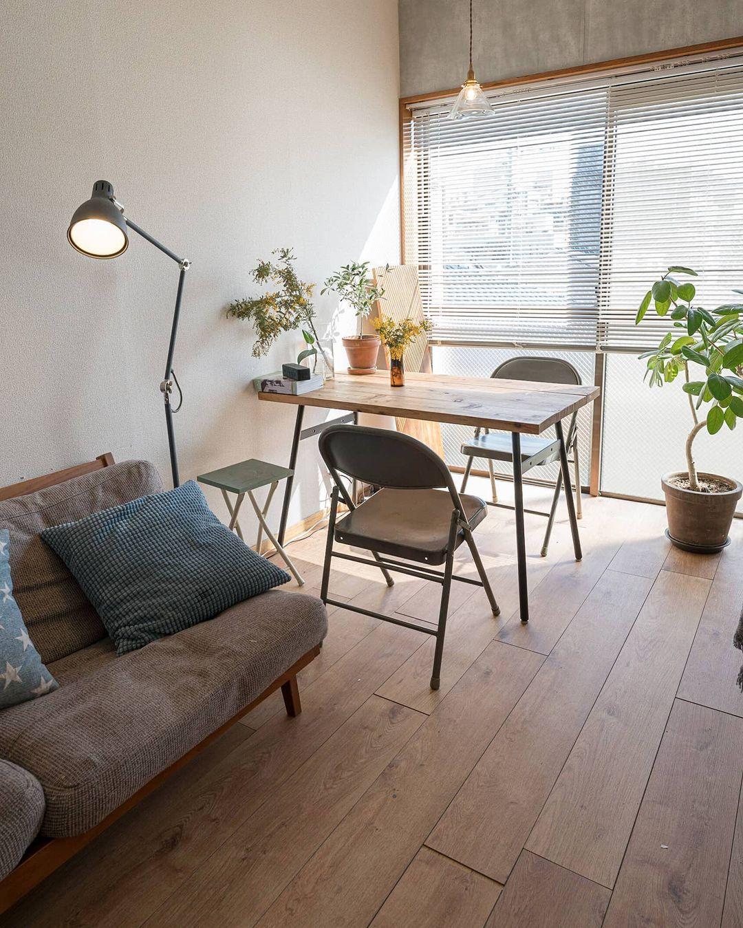 入居初日、家具を入れる前に、床にはフロアタイルを敷いてからお引越し。敷いてあるだけですが、サイズがぴったりに合わせてあるためズレることもありません。