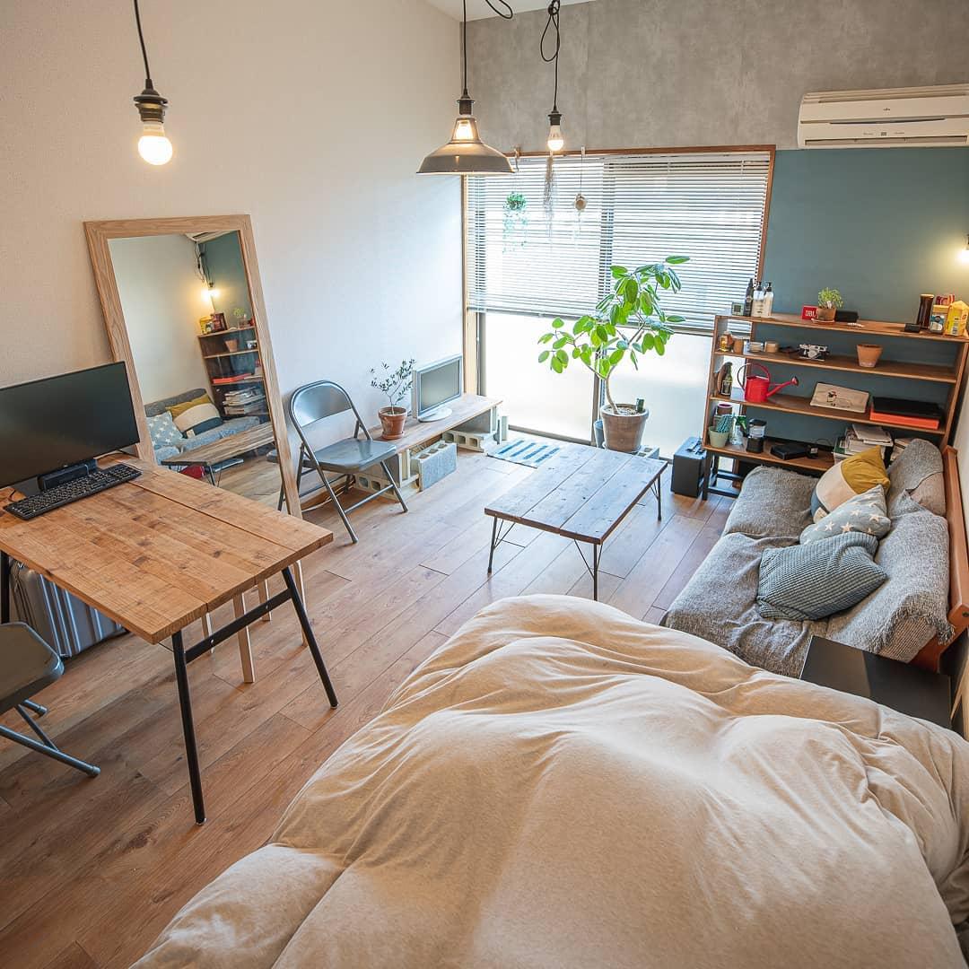 ベッドとデスクを部屋の手前側に、ベランダ側はロースタイルで寛げる空間を広くとったレイアウト。