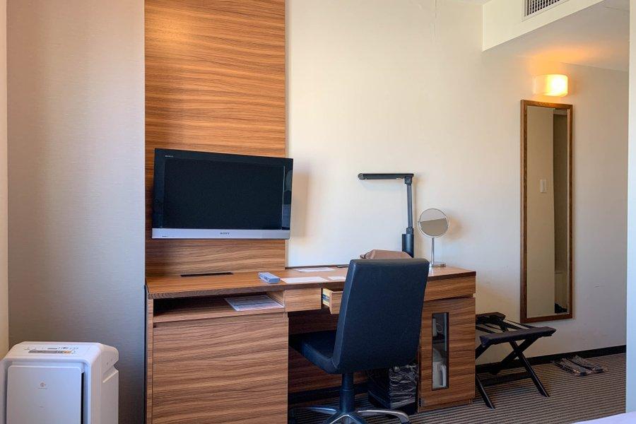 うれしいのはこのデスク。パソコン一台を置く分には申し分のない広さです。さらに椅子も背もたれがしっかりとあるタイプ。リモートワークが中心の生活の方におすすめしたいお部屋です。