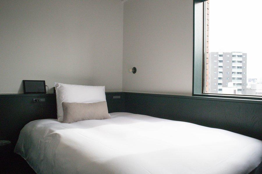 お部屋には横幅140センチの、比較的広めのベッドが備え付けられています。心地よく過ごせるようにと、アメニティやベッド、寝具にもこだわりが詰まっているようです。