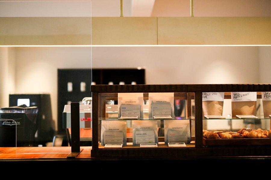 2階にはcafe&bar「abno」が併設されています。こだわりの詰まった軽食やコーヒーはこちらで買い求めて、そのまま仕事を始めることもできます。美味しい食事が備わっているのは、日々の生活をする上でとても大切なことですね。