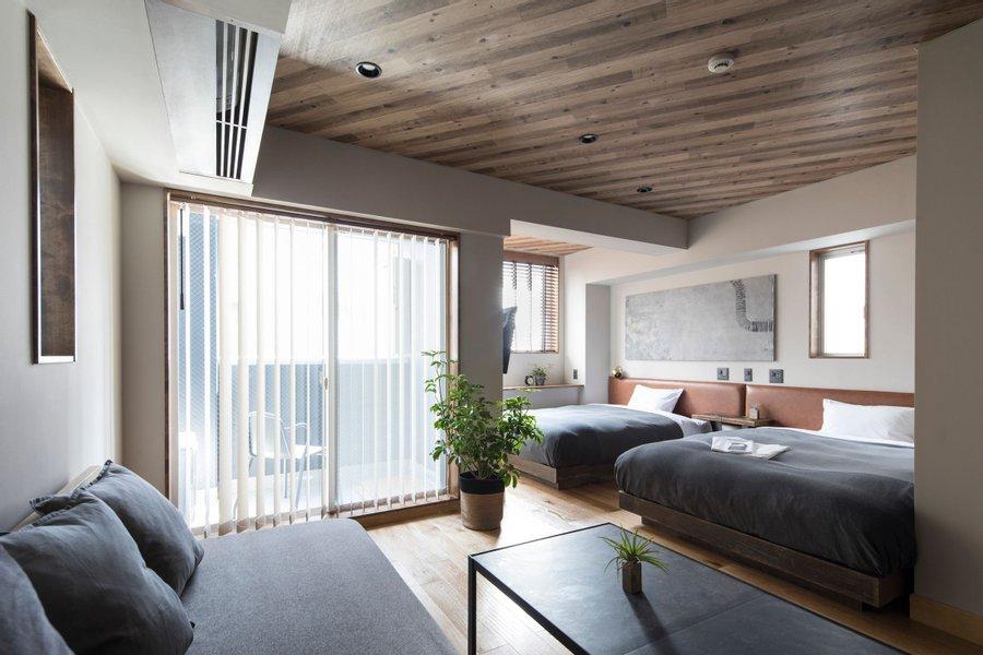 お部屋はツインタイプ。ホテルの部屋とは思えない、広々とした作りが特徴的なお部屋です。賃貸物件と同じような感覚で過ごすことができそうです。