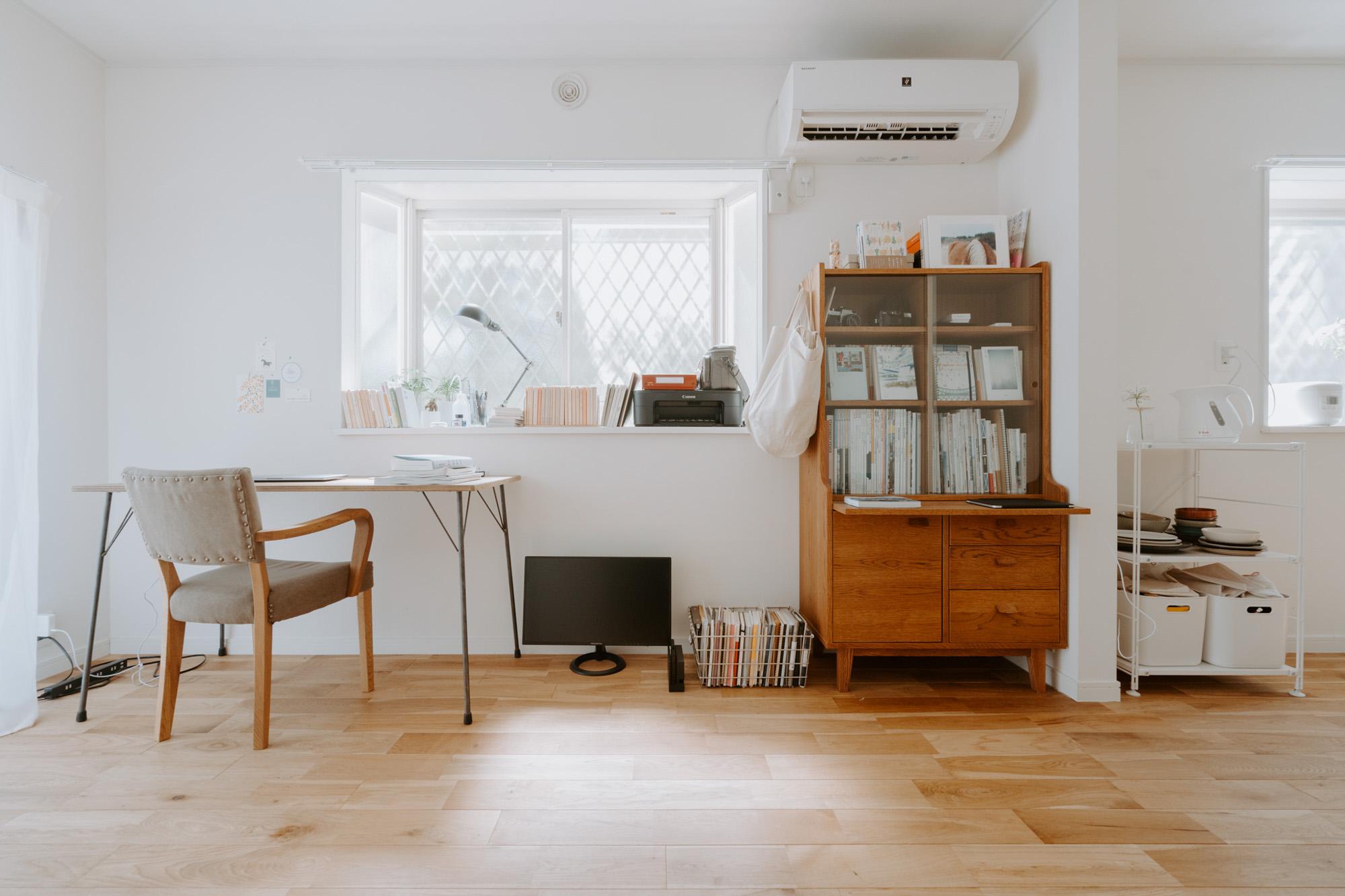 部屋の中の一番のお気に入りは、デスクの隣に置かれた unico の棚。