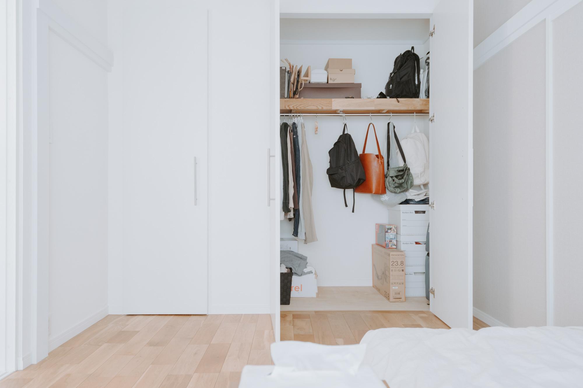 クローゼットは服だけでなく、カバンも引っ掛けて収納するゆとりがあります。