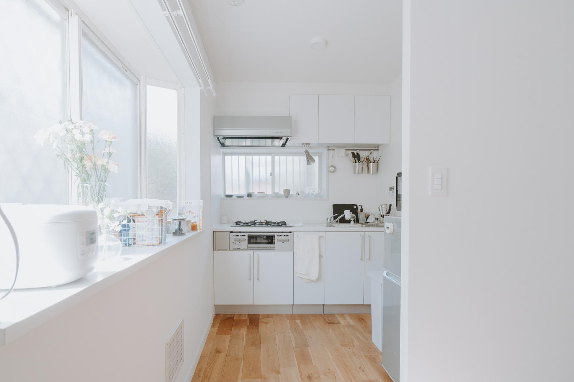 窓があって明るいキッチン、ここに引っ越してから自炊もよくするようになったそう。