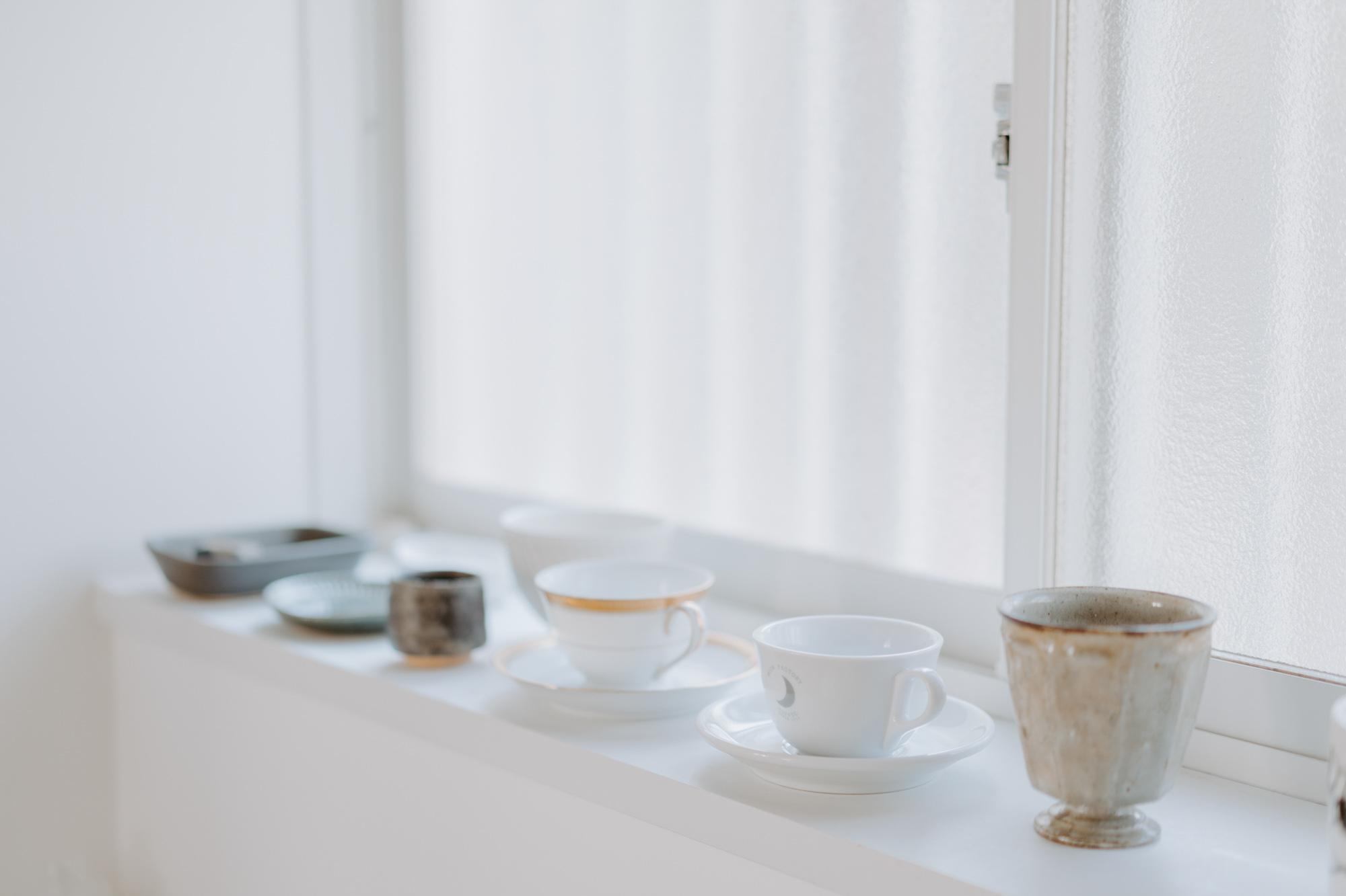 """キッチンのある窓に並ぶのは、好きな器のコレクション。「並べておくと、""""自分の部屋""""って感じがします」"""