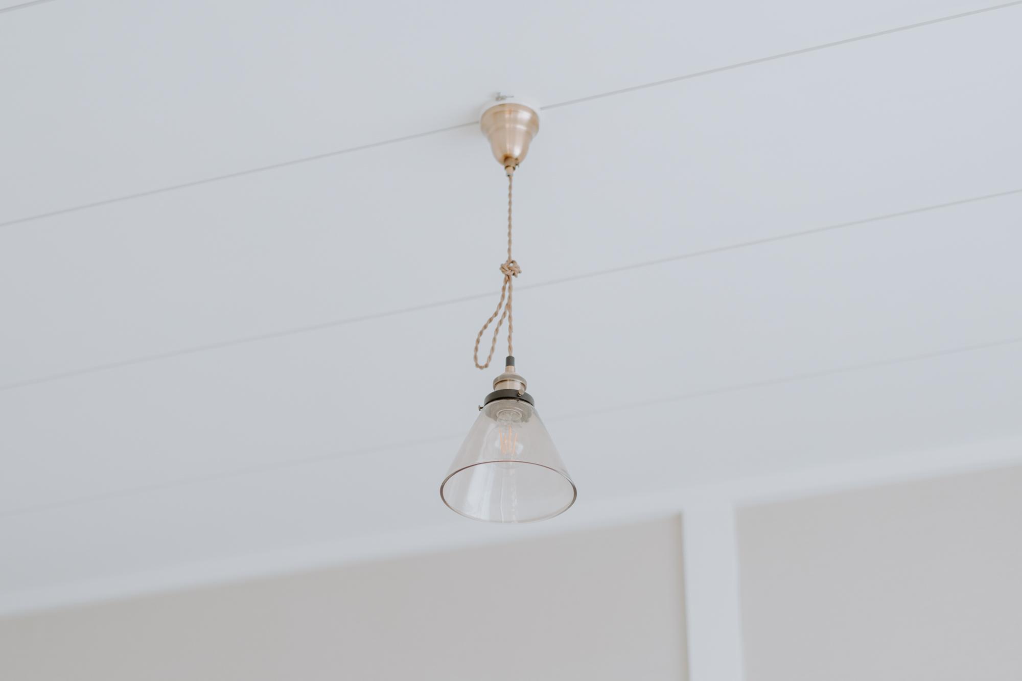 照明も、ニトリのもの。コスパの良いアイテムでも、部屋の雰囲気に合うものを選べば、とてもおしゃれに見えますね。