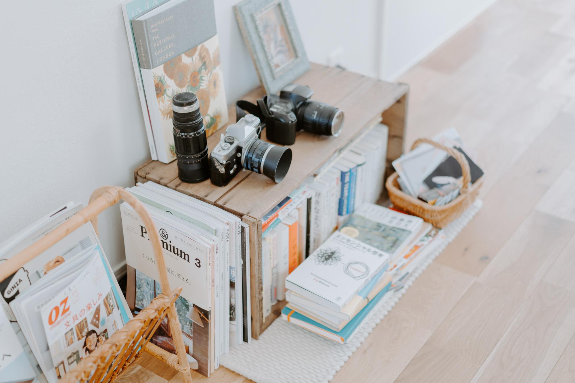 技術書やビジネス書など、手元に残しておきたいけど装丁が派手なものは、低い位置に置いたリンゴ箱に収納。