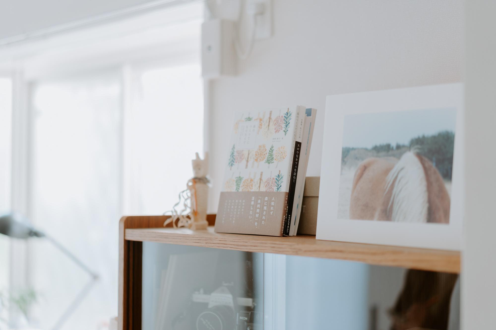 本の見せ方にもこだわっていらっしゃいました。本棚は、目線の高さには好きな装丁の本の表紙を見せて飾ります。季節によって、飾る本を入れ替えることもあるんだそう。