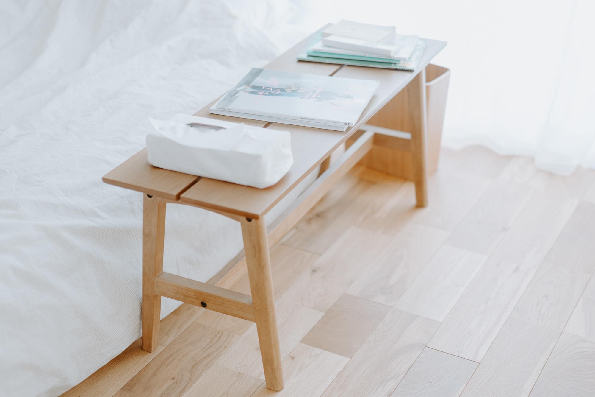 ベッド横に置かれたベンチは、かなでもの(https://kanademono.design/)のオーク材のもの。床と同じ色味のものを選ばれています。「家具と床の色とを合わせると、コーディネートしやすいですね」