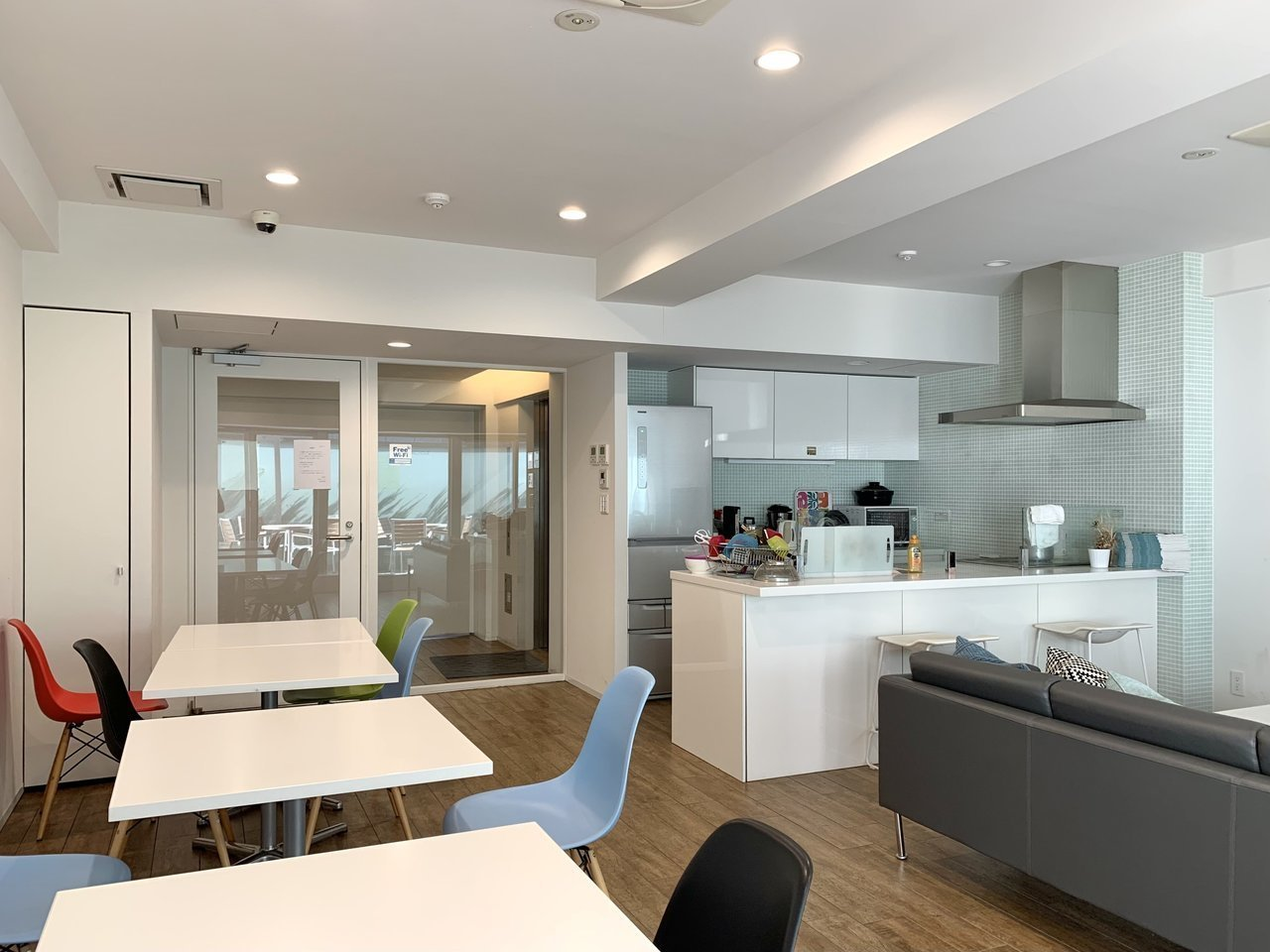 1階に共有スペースは2部屋あります。こちらはキッチンがあるため、サッとお昼ご飯をいただくこともできますよ。