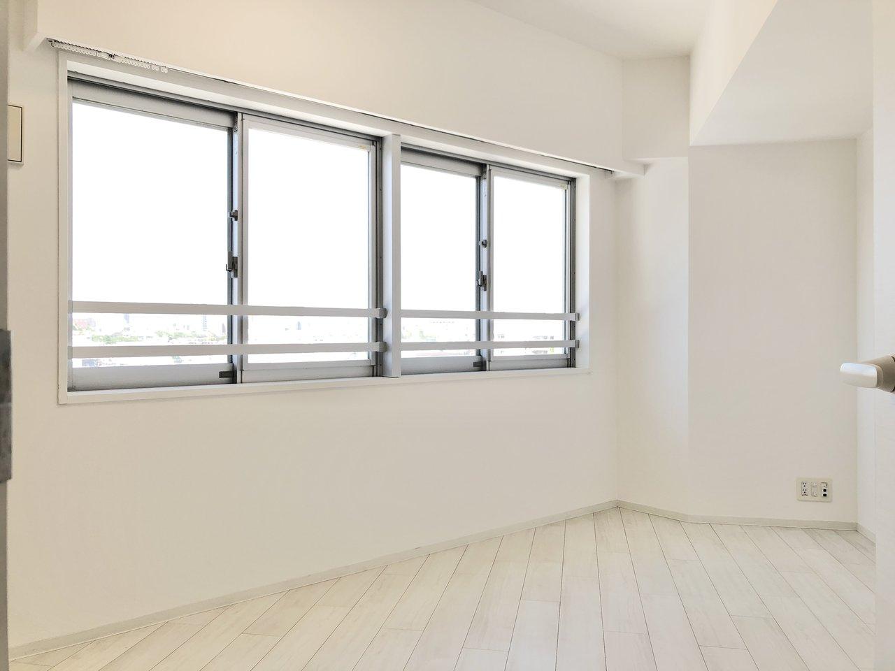 階段を上がって洋室へ。ダブルベッドとラックがゆったり配置できるくらいの広さがあります。