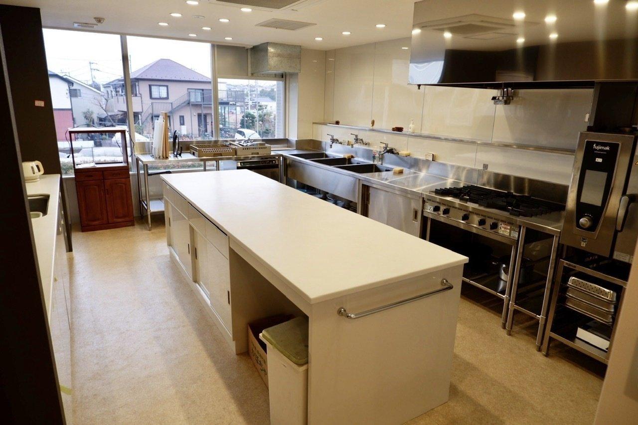 業務用機材の揃ったキッチンスペースで本格的なお料理に挑戦!そのほかにラウンジや多目的ルーム、ゆったりとしたお風呂などがありますよ。