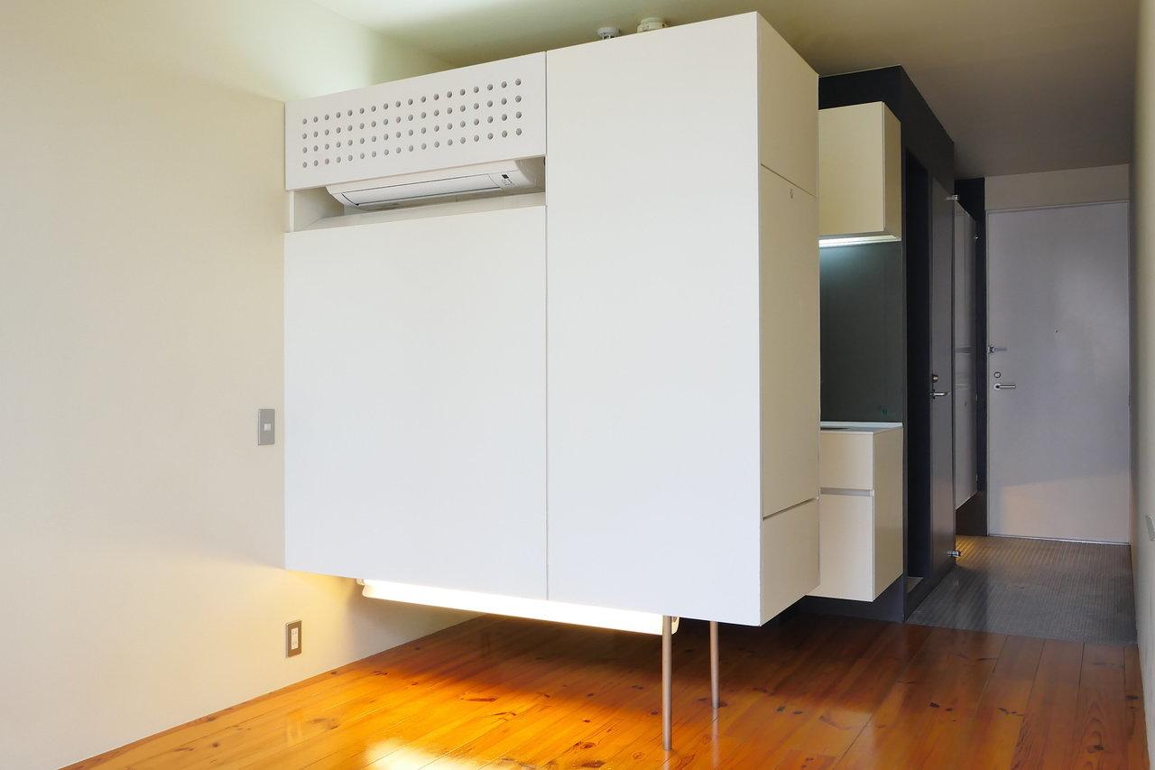 収納が居室の真ん中にある、ちょっと変わったデザイナーズ。さりげない間接照明がオシャレです。