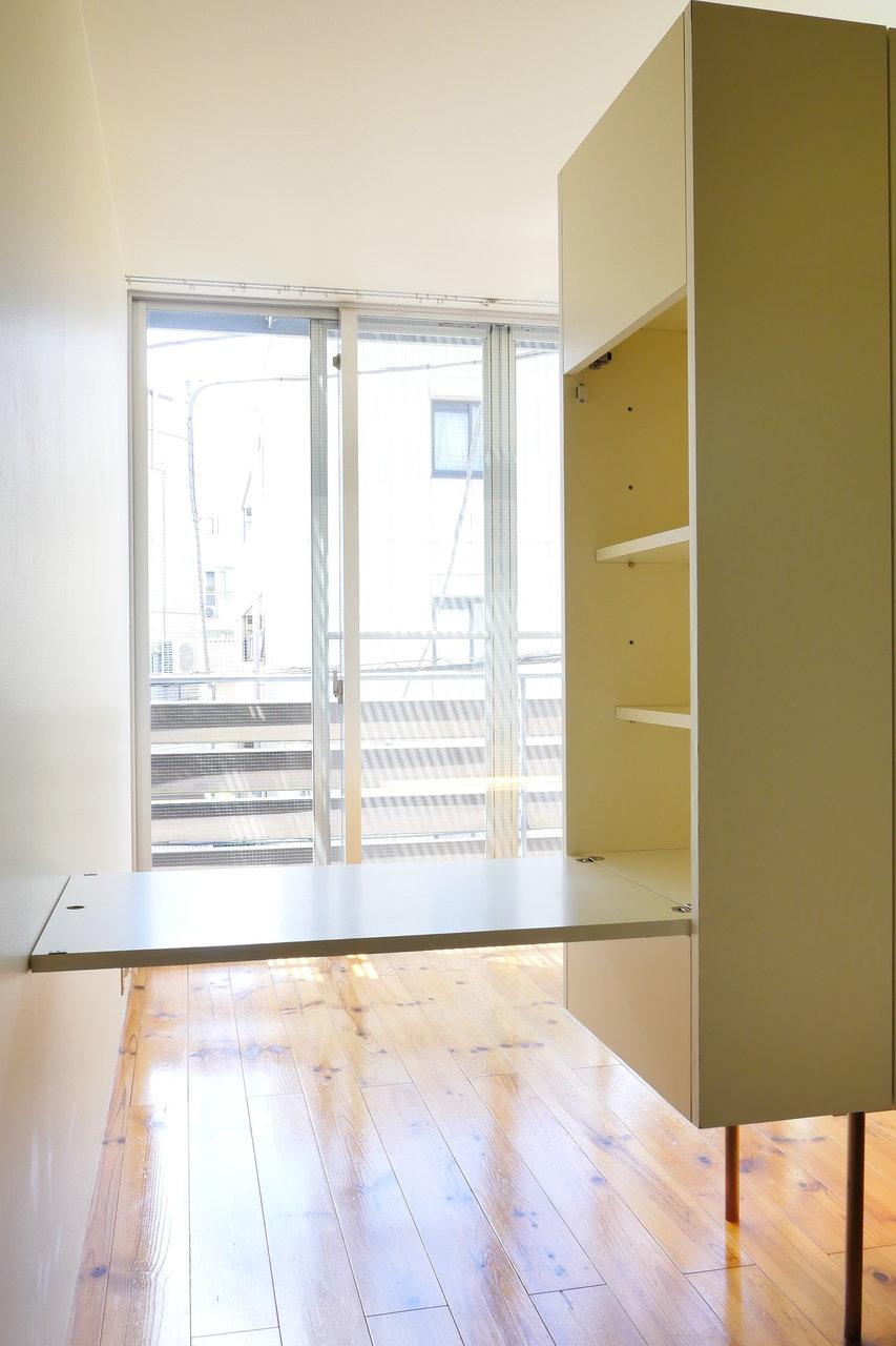 なんと、収納のサイドを開くとテーブルに変身!スペースを有効活用できるんです。