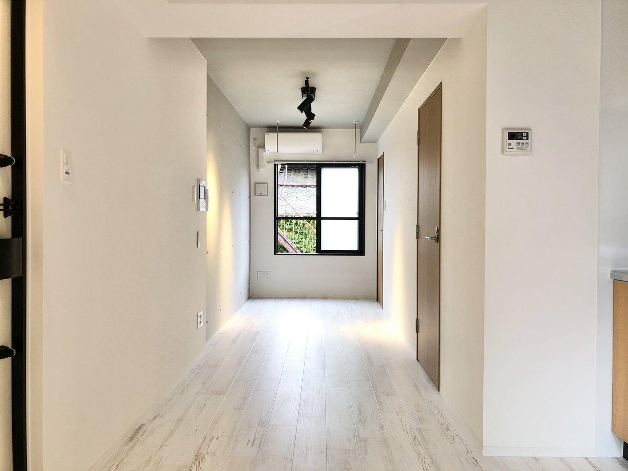 コンクリートがクールな縦長空間。家具・家電付きプランも選択でき、初めての一人暮らしにもオススメ。