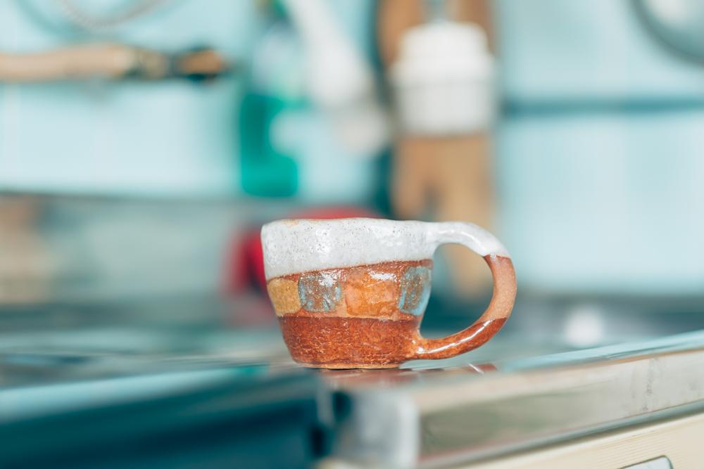 キッチンで淹れられたコーヒーはお店に並んで購入されたと話すお気に入りのマグカップに。 「NYでご活躍されているSHINO TAKEDAさんのマグカップです。独特のゴロッとしたフォルムと、奥深い色味が気に入っていますね。マグカップはオンとオフで使い分けていて、こちらは休日の時によく使っています。」