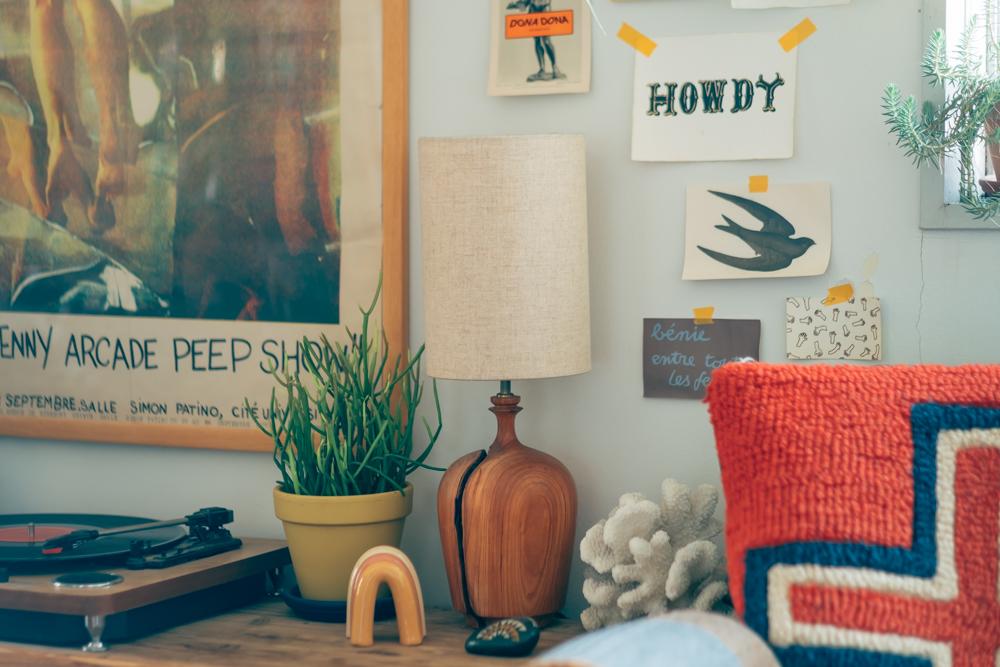 また植物の多いお部屋だからこそ、他のインテリアも空間にあったものが使われていました。お気に入りだと話すテーブルランプは天然木から削り出されたもの。 「稲熊家具製作所のテーブルランプも幡ヶ谷のお店で見つけたことがきっかけです。」
