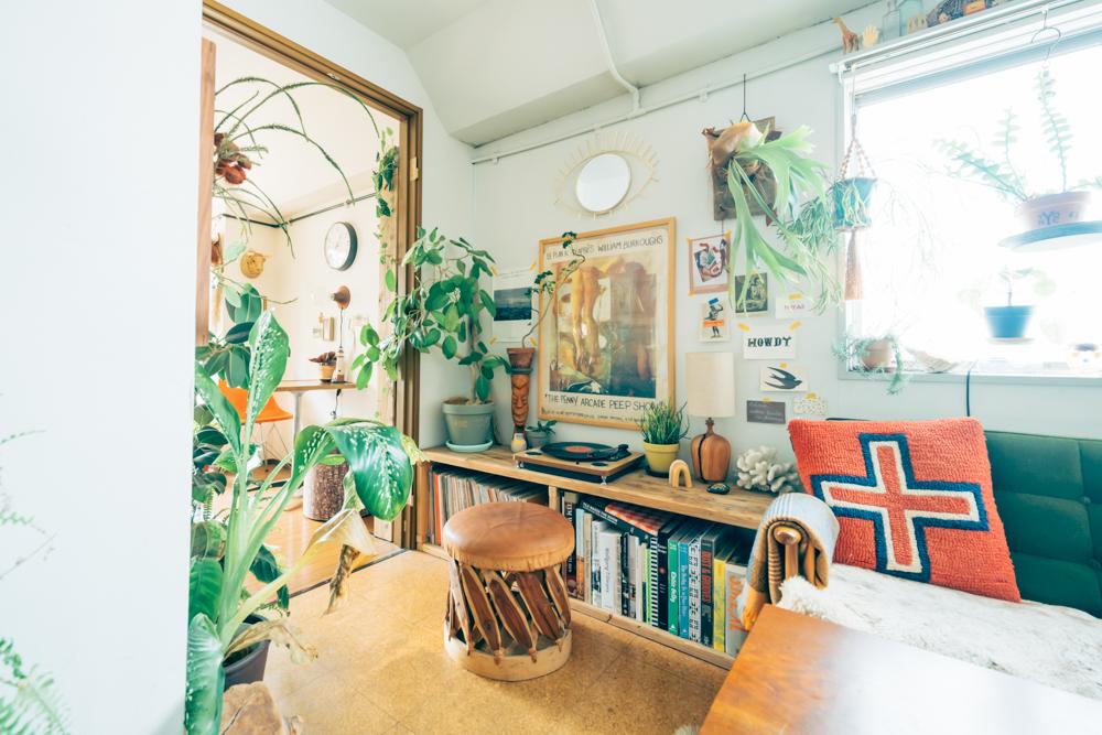 そのため、今ある植物はほとんど引っ越してから購入されたもの。好きな海外の写真家の部屋を見て、インテリアへの熱意を思い出すとともにレトロな現在の住まいとの出会いで表現出来る空間が手に入ったとのこと。 「住まいに入った瞬間に、はっと今の空間が浮かんできたんです。まさに住まいの環境がライフスタイルも変えてくれたと思います。」