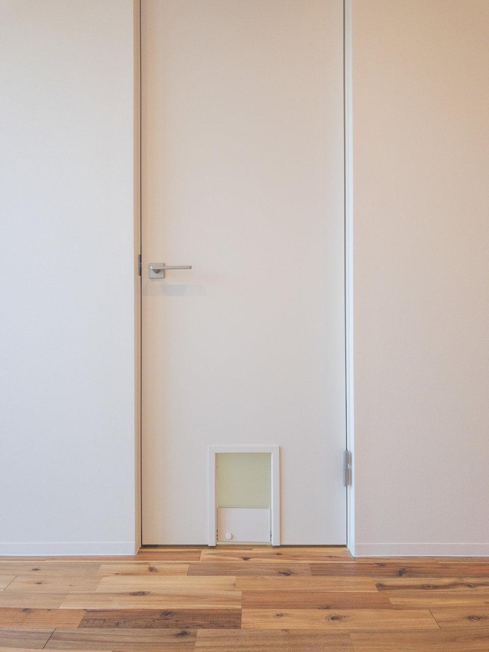 さらにドアにはペットスルー。ひょこっと顔を出す姿もきっとかわいいですね。