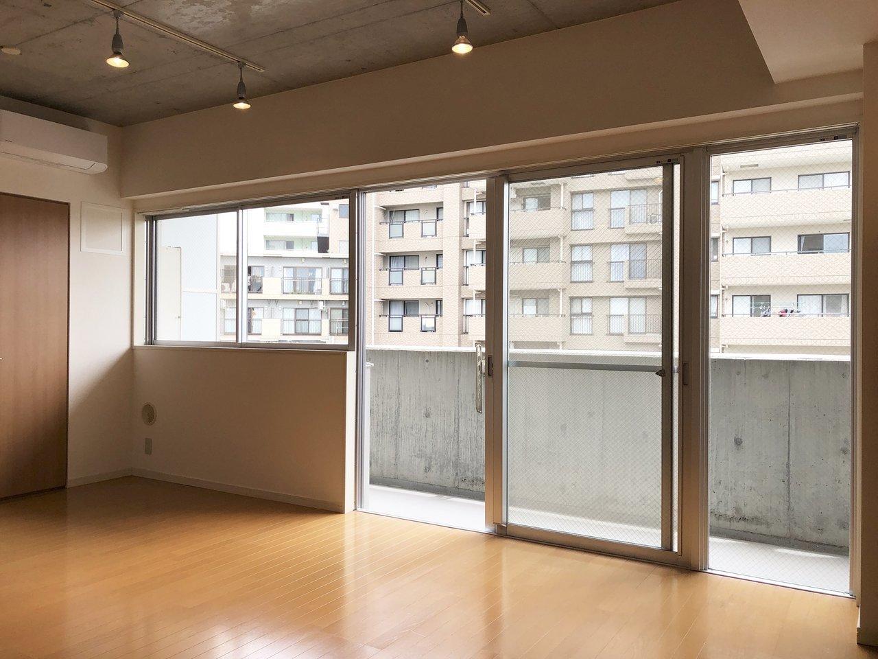 壁の端から端まで広がる大きな窓。天井のコンクリートとライトも空間をオシャレに演出してくれています。