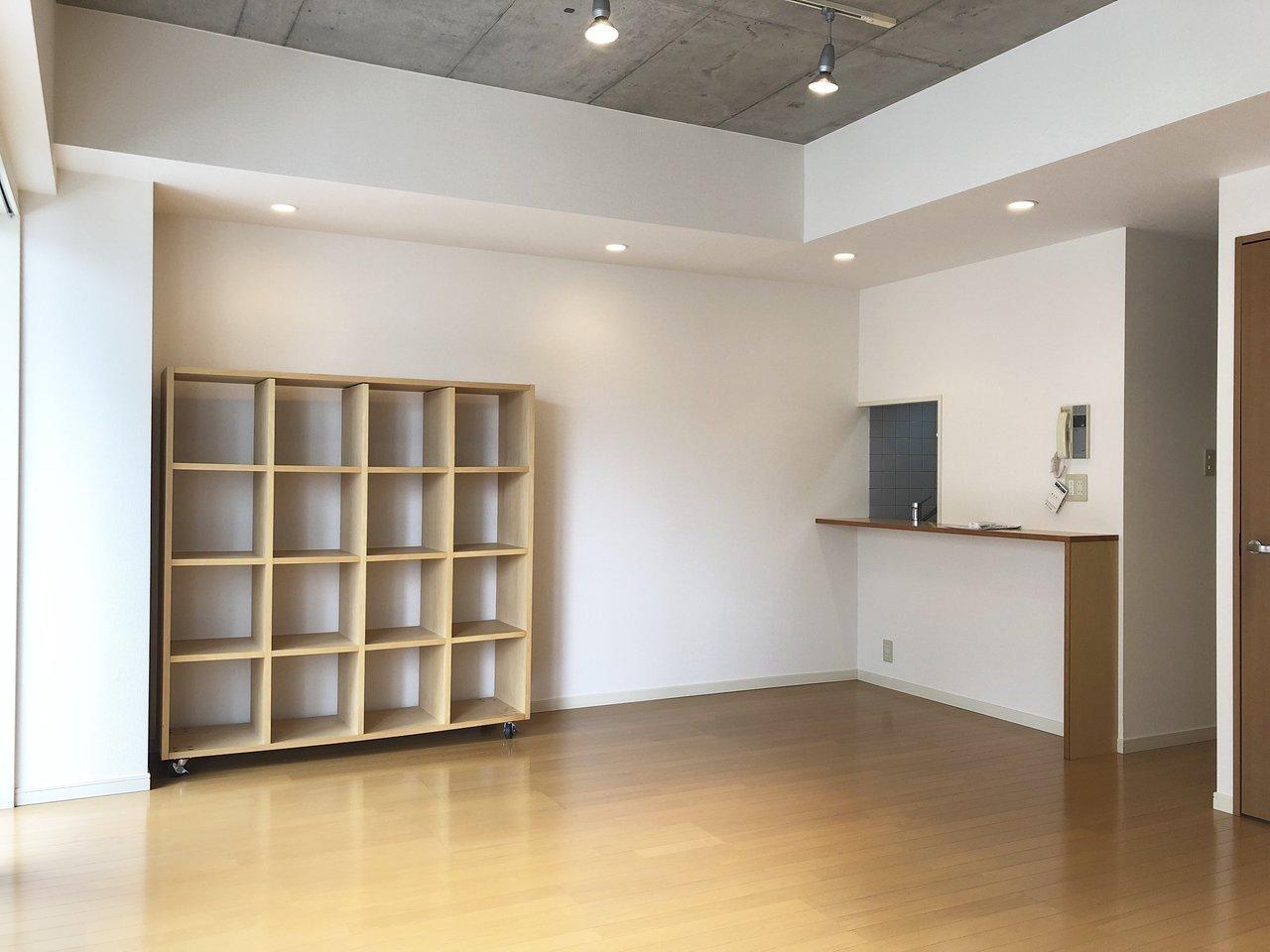 可動式の棚は、壁につけて使ったり、仕切りとして使ったり。雑貨や本、畳んだ洋服などを入れても良さそうですね。