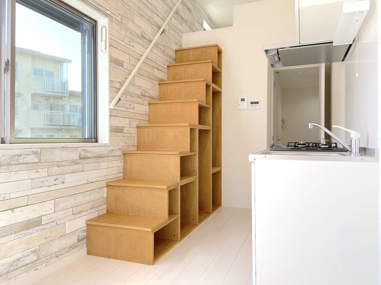 片瀬江ノ島駅まで約30分、桜ヶ丘駅にあるワンルーム。手すり付きの階段は収納として使えます。