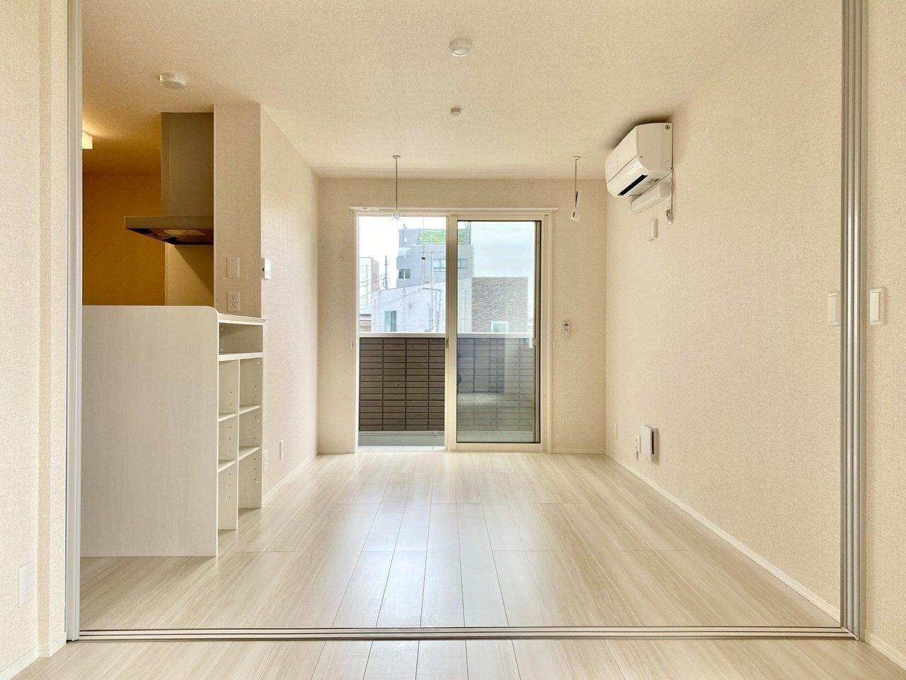 LDKと洋室を繋げれば約15帖の広々空間。キッチン前にダイニングテーブルを置いて、洋室はリビング兼寝室として使っても良さそう。