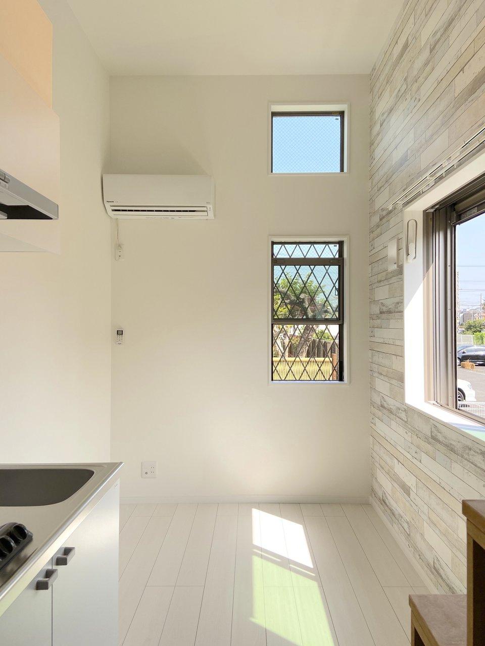 天井が高く、開放的なんです。2面採光で壁沿いにテーブルを置くこともできますね。