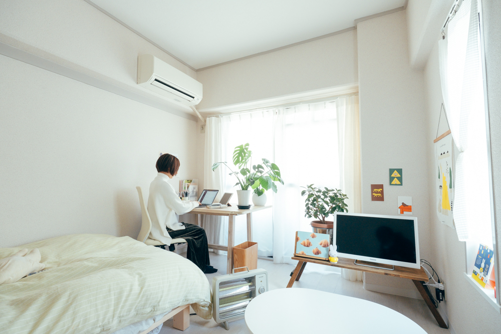 窓側に向いてデスクを配置されたお部屋。少し斜めにパソコンをセットすれば、背景が白い壁になるので邪魔な物も映り込みませんね。(このお部屋はこちら)