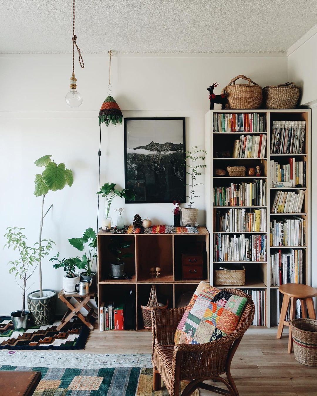 本以外にも自分の好きなものをちょこちょこと並べて作られた、素敵な本棚(このお部屋はこちら)
