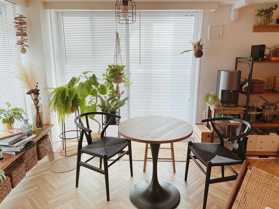「絶対に、ダイニングテーブルは置きたかったので、ソファは外して、まずダイニングの配置から考えました」とKyokoさん。窓の近くの一番明るい場所に、楽天で購入した丸いテーブルを置き、Yチェアを合わせていらっしゃいます。