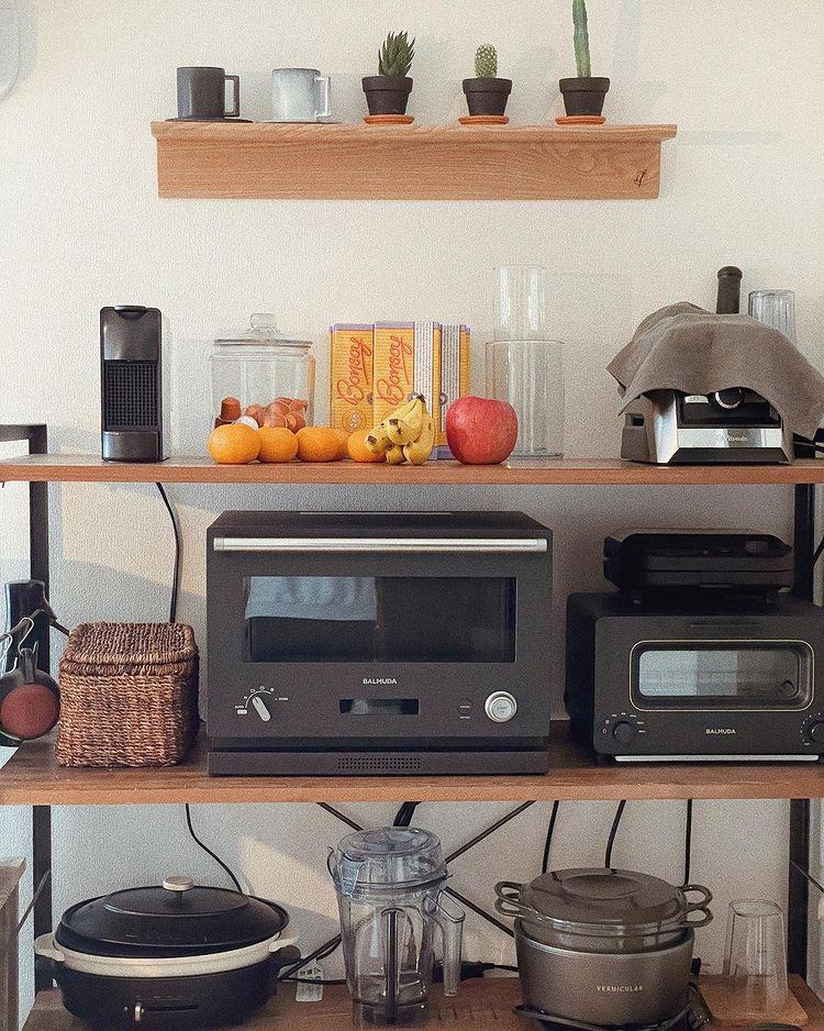 キッチン家電は黒で統一。絵になるアイテムも合わせて飾ることで、カフェのような雰囲気になっています。