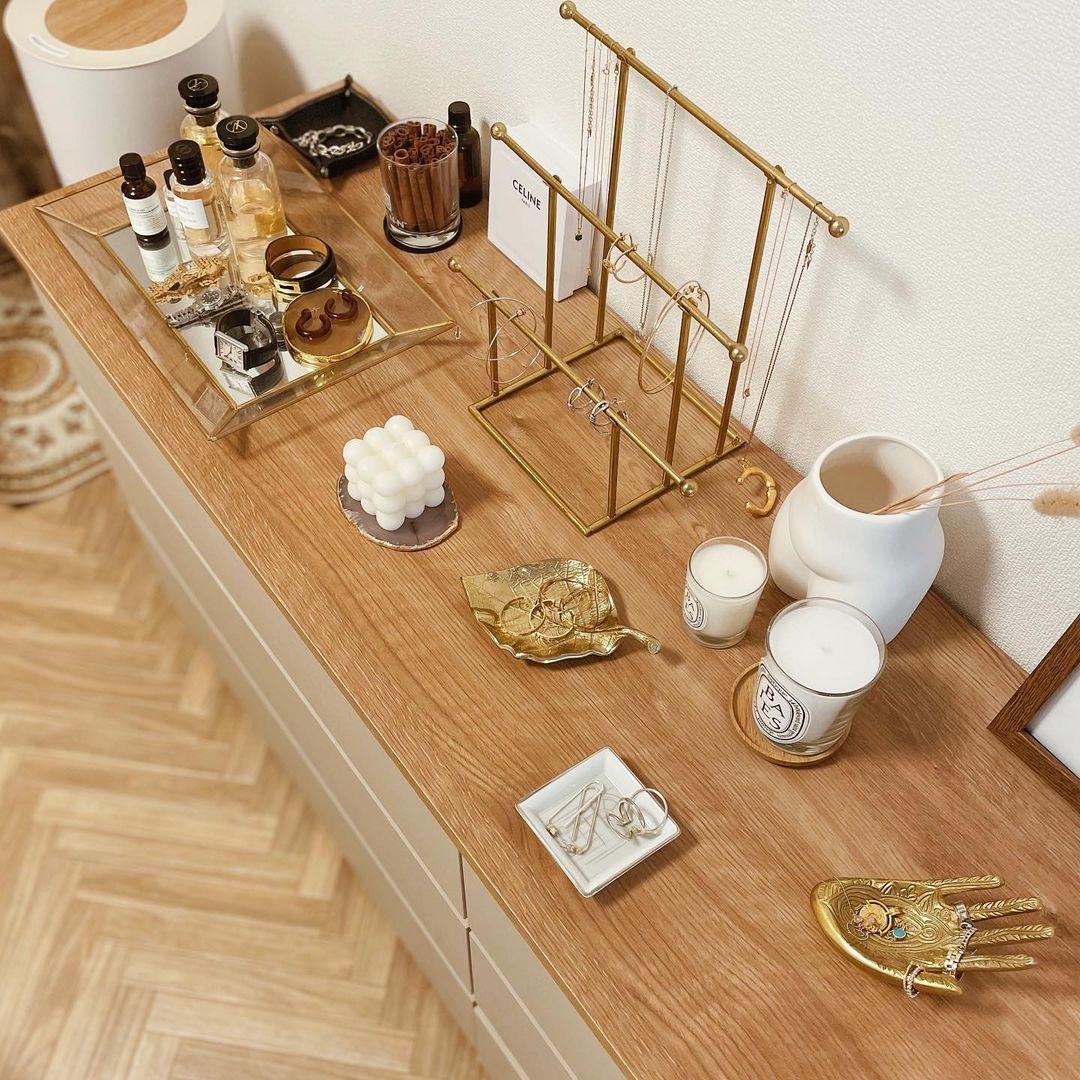 ベッド正面にあるローチェストは、LOWYAで購入したお気に入りの家具。チェストの上は、アクセサリー置き場として、好きなものをたくさん飾って使われています。