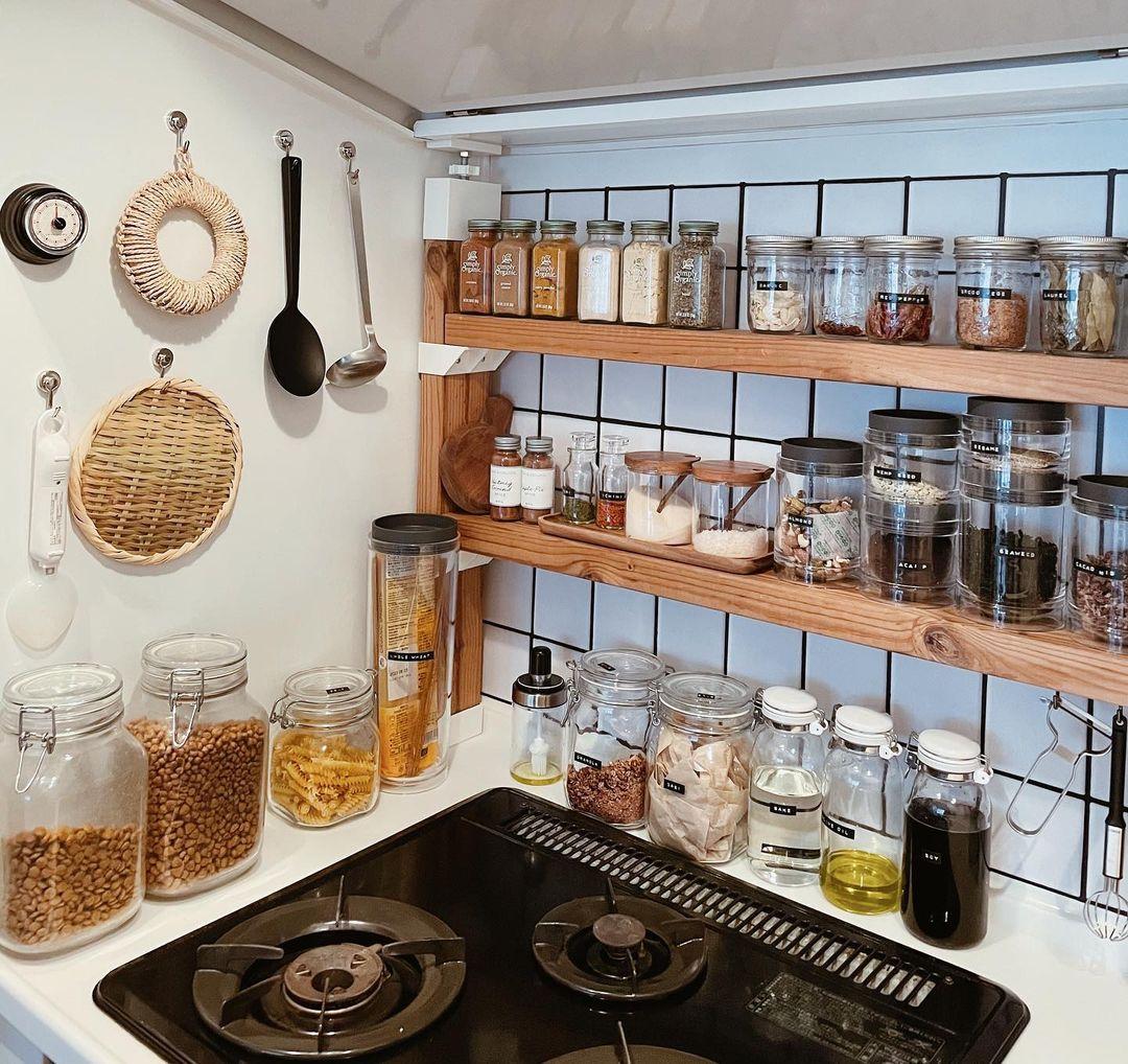 壁には「ラブリコ」を利用して棚をつくり、スパイスの瓶をずらっと並べていらっしゃいます。