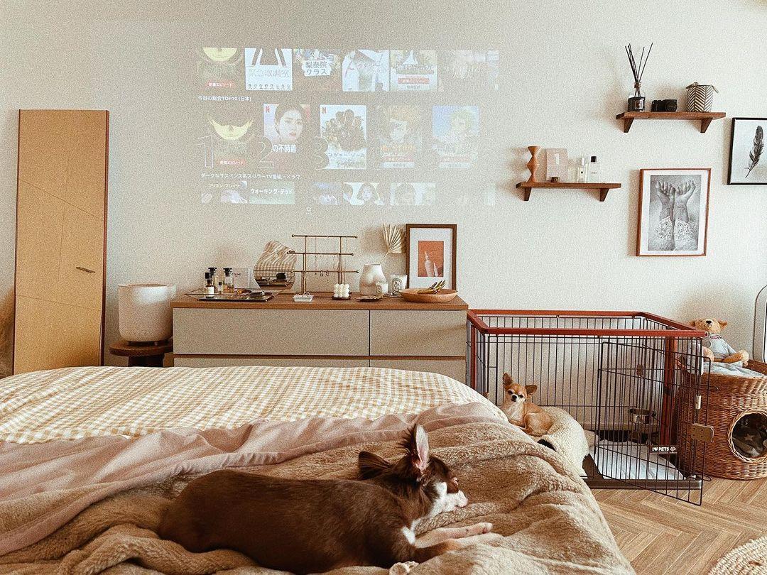 ベッドの前の壁にはプロジェクターで映像を映し出します。