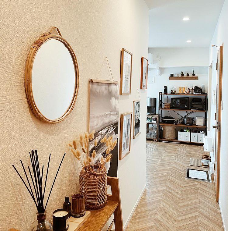 玄関から続く廊下には、壁を利用してアートがたくさん飾られ、リゾートホテルのような素敵な雰囲気。