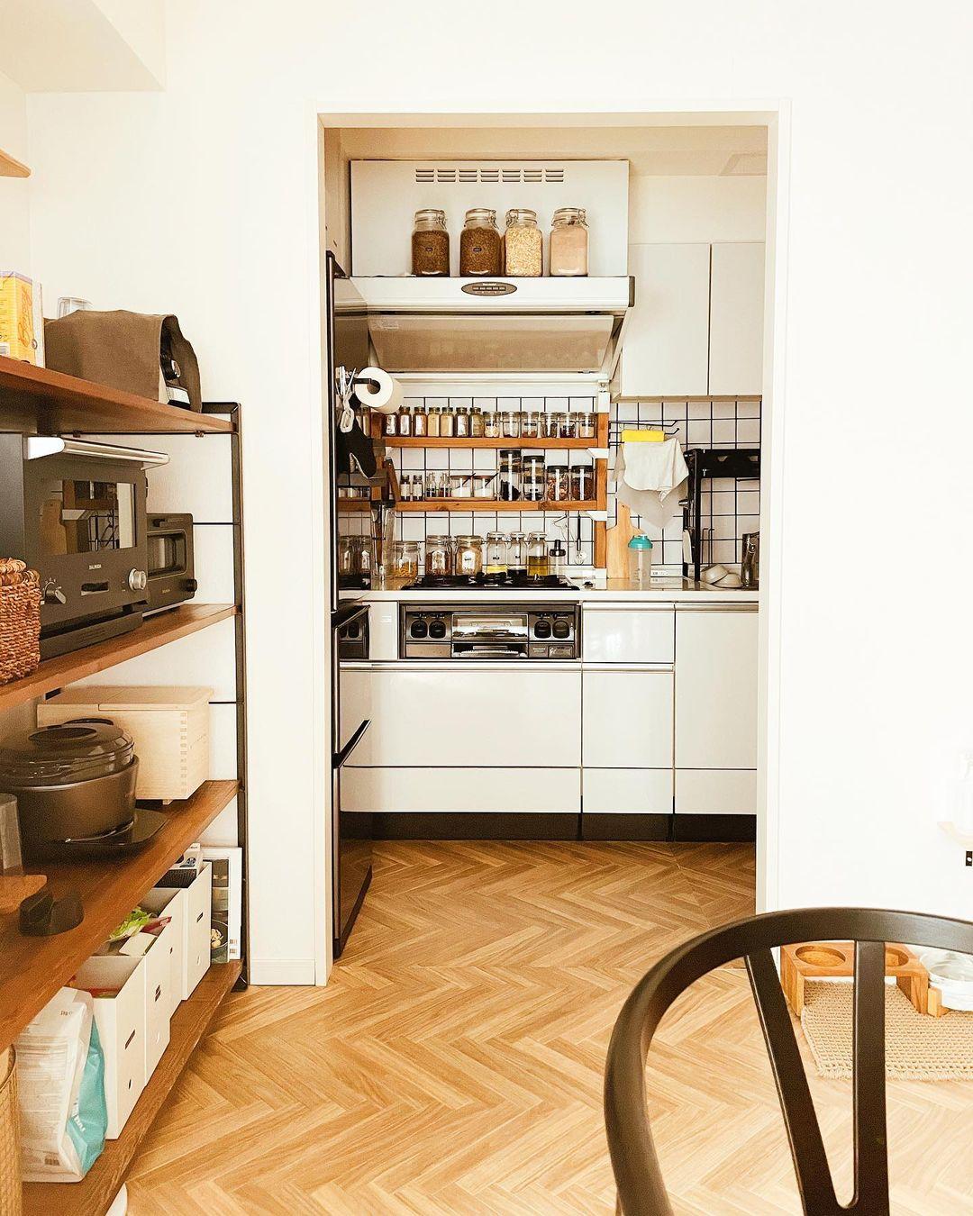 そして、海外インテリアに憧れて、真似してみたというキッチンにも、工夫がいっぱい。目に入っても楽しい空間になっています。