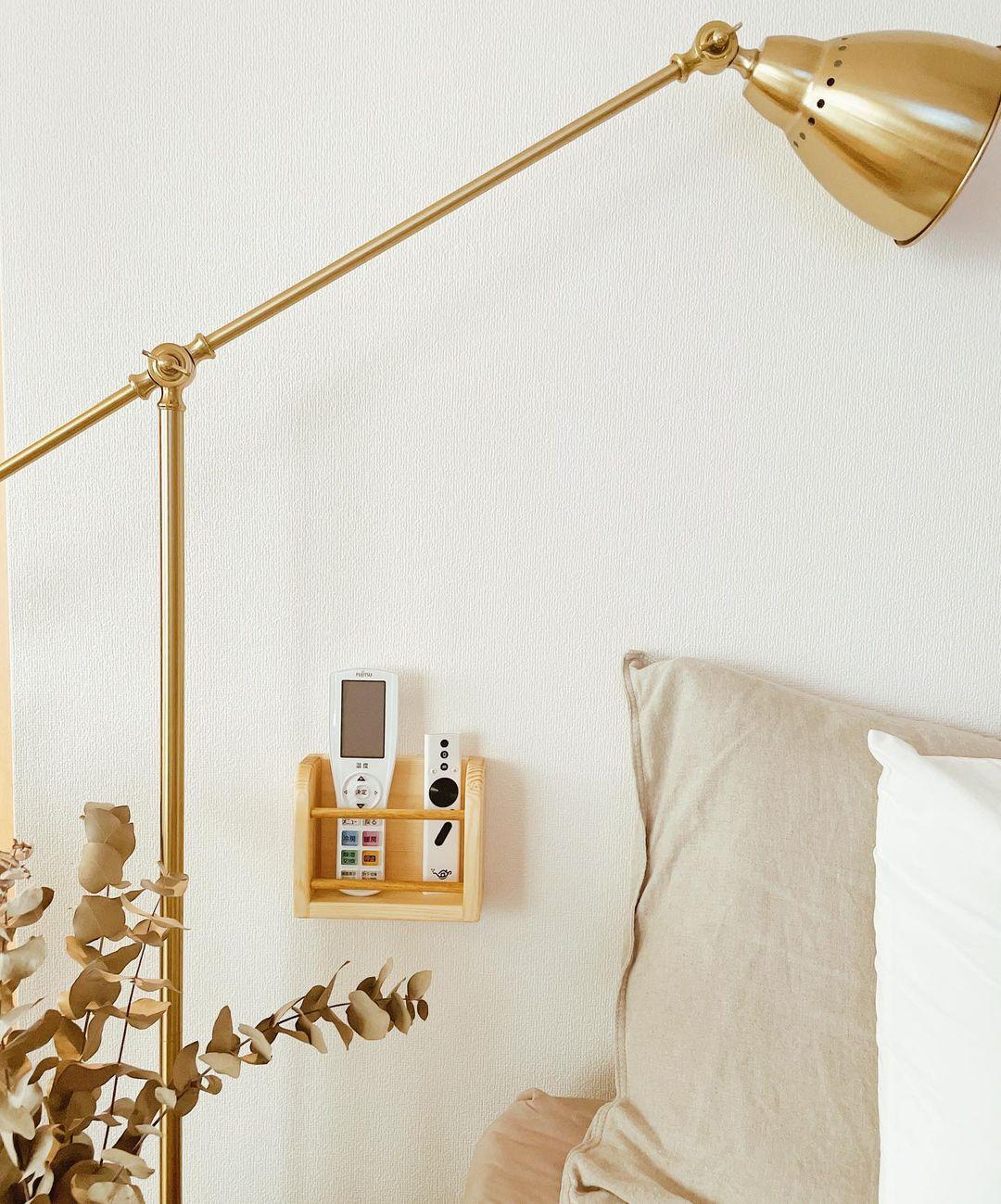 「ちょっとしたものの置き場」も色々工夫。寝る前に使うリモコン類は、枕元に専用の置き場所を用意。