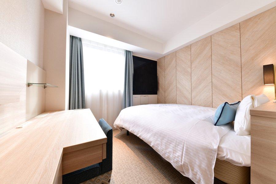 部屋は素足で過ごすことができるように設計されています。ホテルでは珍しい、淡い木の色味の内装。さらにワークデスクも完備されています。長時間過ごしても窮屈さを感じずゆったりと自分らしい暮らしができそうです。