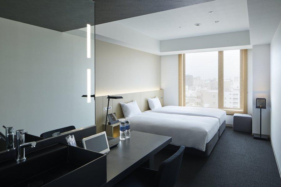 部屋の内装も、シンプル。23.4㎡と空間も広いので、落ち着いた暮らしができます。ワークデスクもありますよ。落ち着いた内装なので仕事にも集中できそうです。