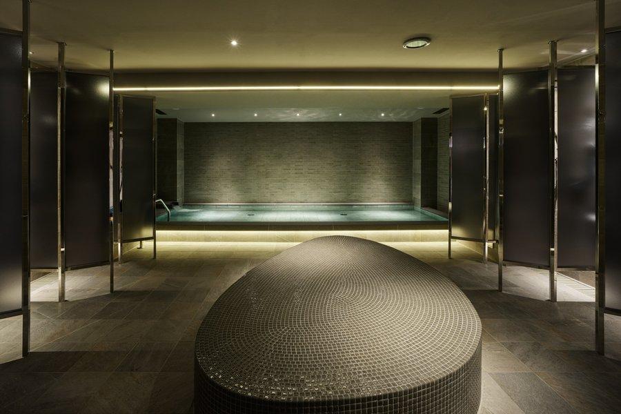 大浴場はスタイリッシュな雰囲気。手前のスペースは岩盤浴ができるようになっています。